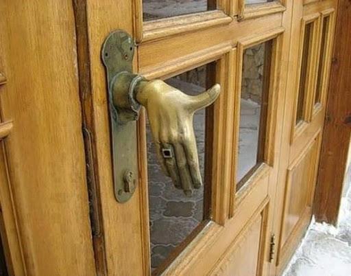 Gagang pintu berbentuk tangan