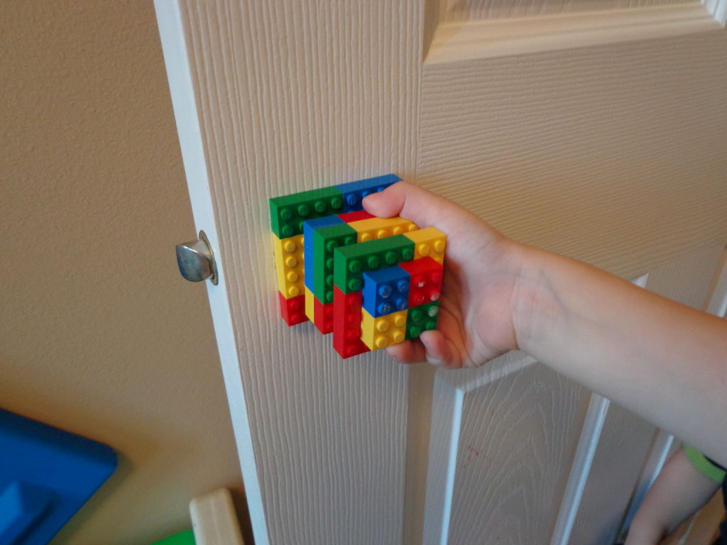 Gagang pintu dengan desain lego
